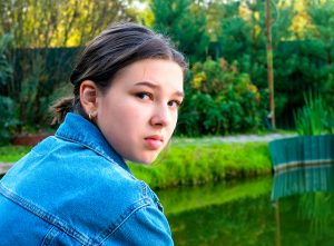 Photo of depressed teenage girl at the park in Houston, TX | Depression treatment | Therapy for depression | Houston Therapist Natalie Mica 77006
